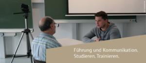 Prof. Dr. Axel Kaune stellt die Studierenden im Rollenspiel vor brenzlige Situationen. Der Kamera entgeht nichts. Anschließend analysiert die Gruppe gemeinsam das Videomaterial.